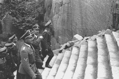 Himmler i el seu seguici pujant els tristament famosos 186 esglaons de l'escala d'accés a l'esplanada de la pedrera