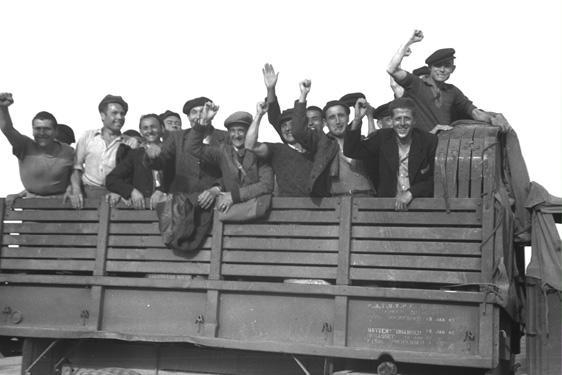Grup de supervivents traslladats amb camions a Linz