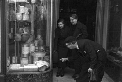 Aparador de botiga a Barcelona durant la guerra