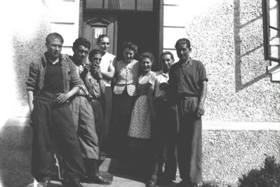 Les filles de la senyora Pointner a la porta de casa seva amb el grup de joves Poschacher